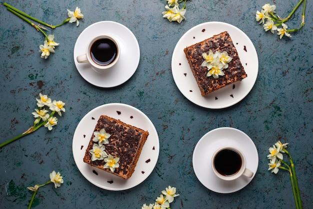 Lekkere zelfgemaakte chocoladetruffeltaartjes met koffie