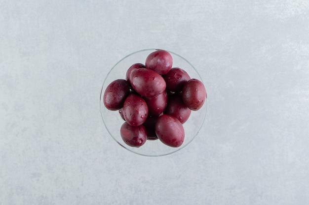 Lekkere zelfgemaakte ingemaakte pruimen in glas.