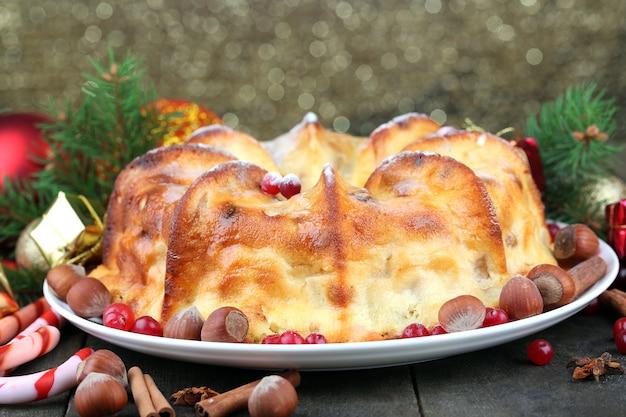 Lekkere zelfgemaakte kerst cake, op glanzende achtergrond