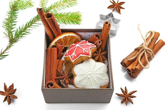 Lekkere zelfgemaakte kerstkoekjes in doos