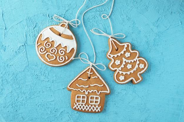 Lekkere zelfgemaakte kerstkoekjes op blauw, ruimte voor tekst. bovenaanzicht