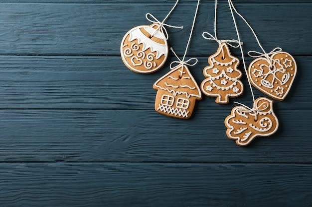 Lekkere zelfgemaakte kerstkoekjes op blauwe houten, ruimte voor tekst. bovenaanzicht