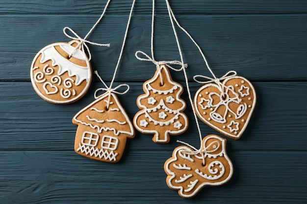 Lekkere zelfgemaakte kerstkoekjes op blauwe houten, ruimte voor tekst. detailopname