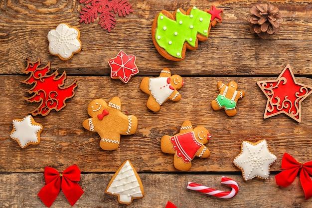 Lekkere zelfgemaakte kerstkoekjes op houten achtergrond