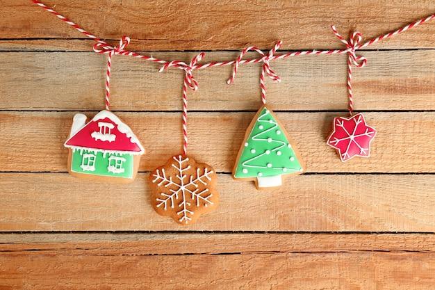 Lekkere zelfgemaakte kerstkoekjes op houten tafel
