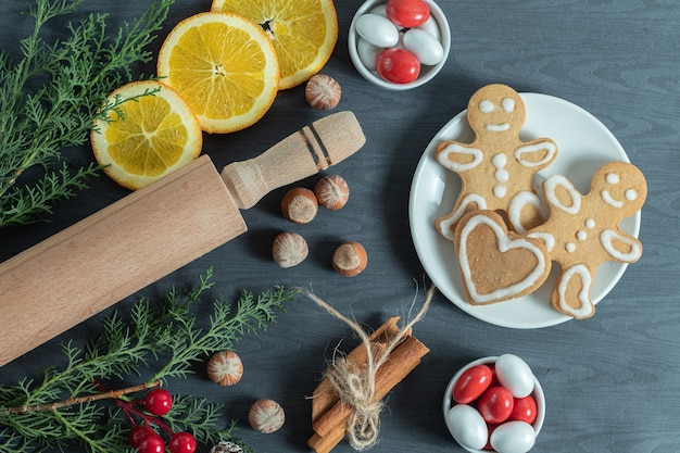 Lekkere zelfgemaakte kerstkoekjes op houten.