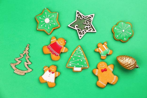 Lekkere zelfgemaakte kerstkoekjes op kleur achtergrond kleur