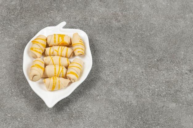 Lekkere zelfgemaakte koekjes op bladvormige plaat