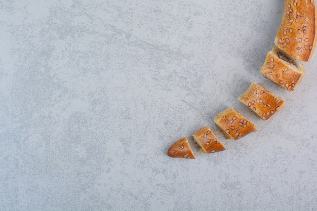 Lekkere zelfgemaakte koekjes op grijze achtergrond