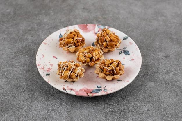 Lekkere zelfgemaakte koekjes. verse pindakoekjes op plaat.