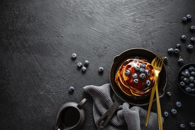 Lekkere zelfgemaakte pannenkoeken met saus en bessen