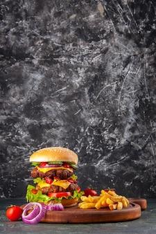 Lekkere zelfgemaakte sandwich tomaten peper op houten snijplank uien tomaat met stam op donkere kleur oppervlak
