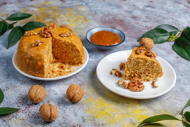 Lekkere zelfgemaakte sovjet traditionele anthill cake met walnoot, gecondenseerde melk en koekjes