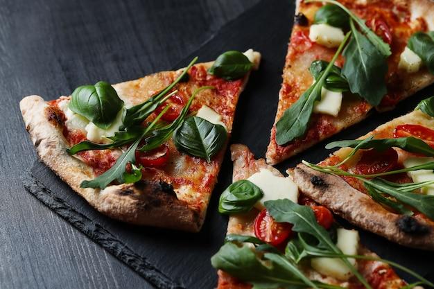 Lekkere zelfgemaakte traditionele pizza, italiaans recept