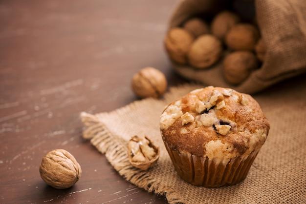 Lekkere zelfgemaakte walnotenmuffins op tafel. zoet gebak