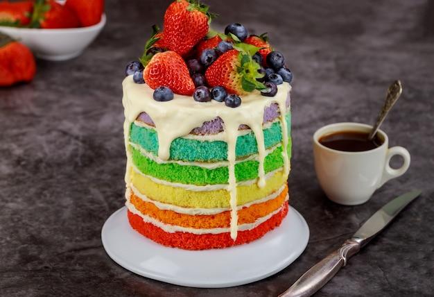 Lekkere zomercake met bessen en kopje koffie.
