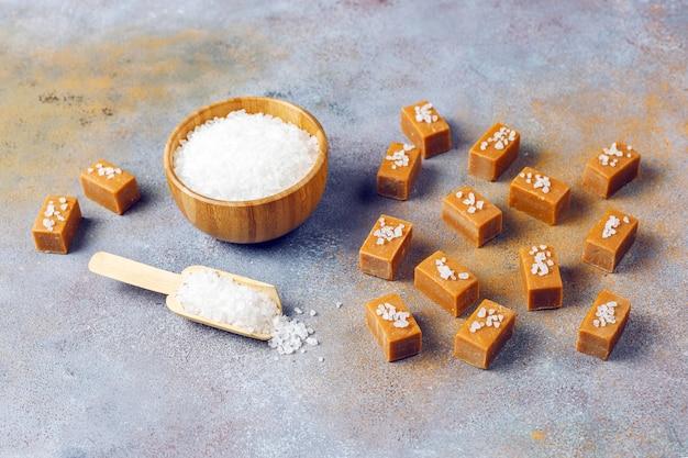 Lekkere zoute karamel fudge snoepjes met zeezout, bovenaanzicht Gratis Foto