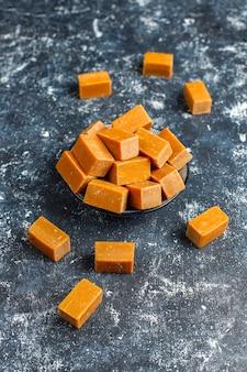 Lekkere zoute karamel fudge snoepjes met zeezout, bovenaanzicht