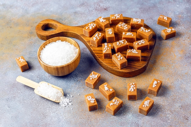 Lekkere zoute karamel fudge snoepjes met zeezout Gratis Foto