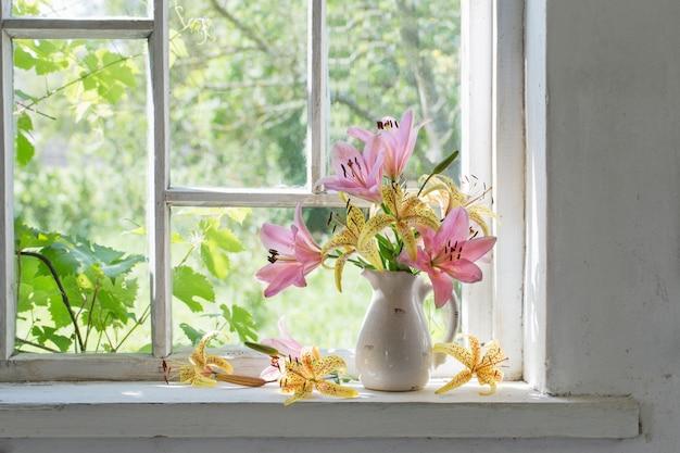 Leliesboeket op een vensterbank in een zonnige dag
