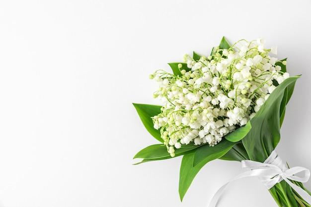 Lelietje-van-dalen bloemen op witte ondergrond