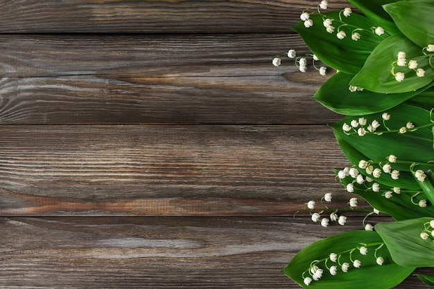 Lelietje-van-dalenbloemen op rustieke houten. bovenaanzicht. plat lag