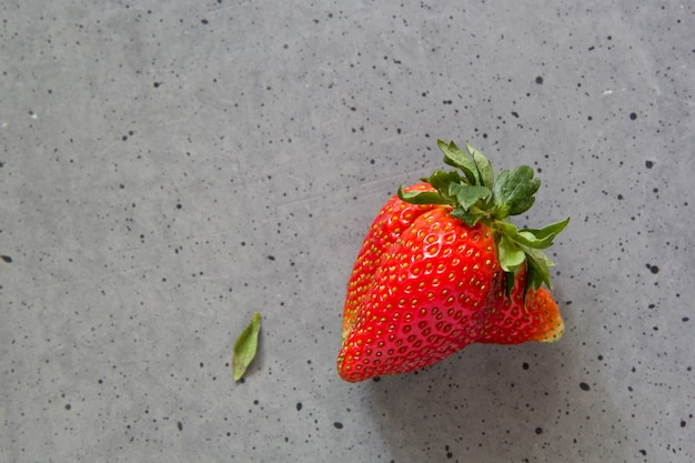 Lelijk aardbeifruit op beton