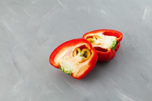 Lelijke dubbele peper, in twee helften gesneden