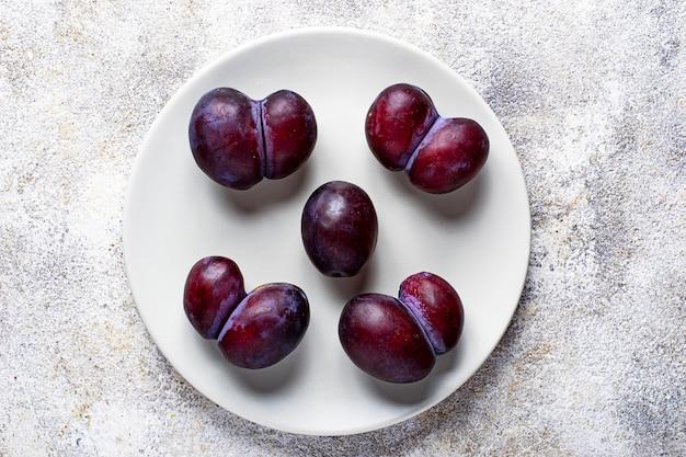 Lelijke en normale pruimen, abnormaal organisch fruit
