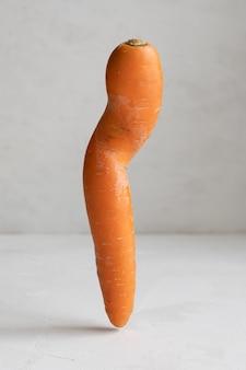 Lelijke kromme wortel. wortel geïsoleerd op een witte achtergrond.