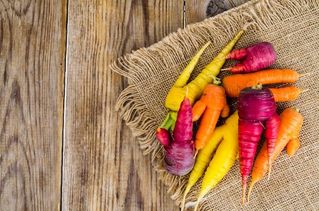 Lelijke, misvormde verse biologische wortelen verschillende kleur