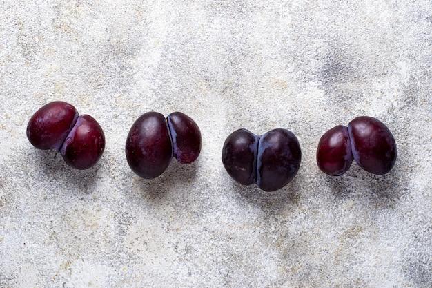 Lelijke pruimen. abnormaal organisch fruit