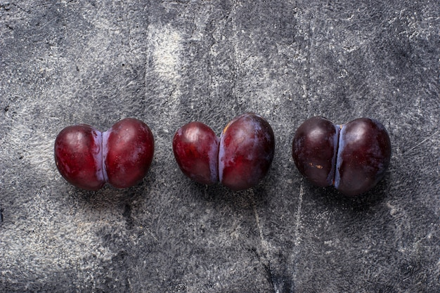 Lelijke pruimen, abnormaal organisch fruit