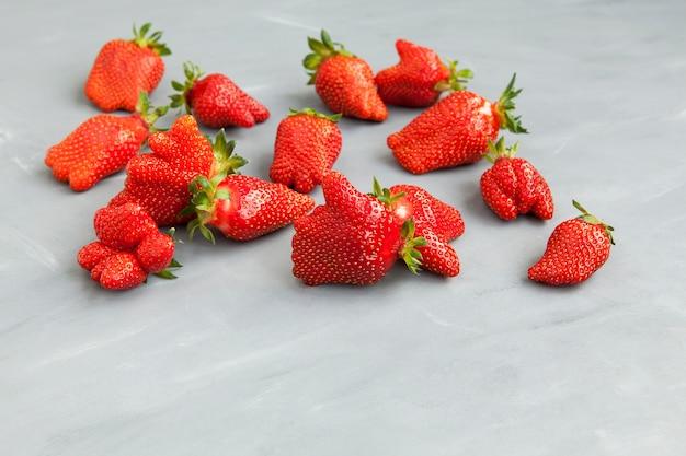 Lelijke vruchten abnormale aardbeivorm rijpe bessen