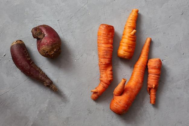 Lelijke wortels en bieten trending thema van biologische producten