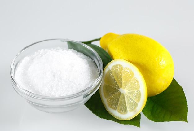 Lemoncid en citroenvruchten op het wit.