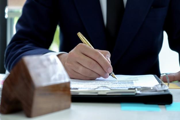 Lening officieren ondertekenen goedkeurende middelen om huizen te kopen.
