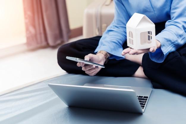 Lening schaven voor nieuw huisconcept. zakenvrouw bedrijf thuis model en mobiel met laptop