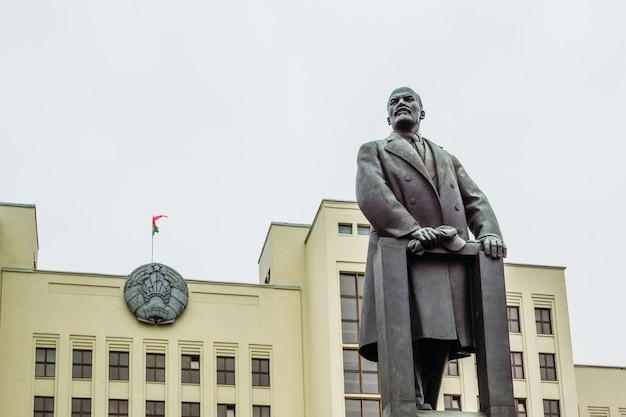 Leninmonument op de achtergrond van het wapenschild van wit-rusland