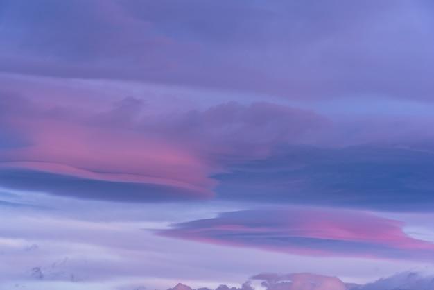 Lensvormige wolken bij zonsopgang