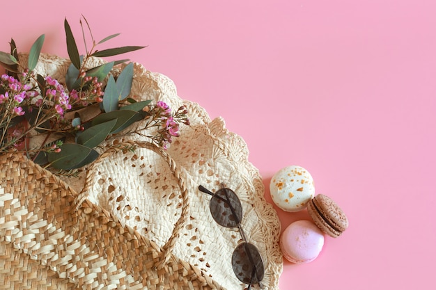 Lente accessoires en kleding op een roze tafel