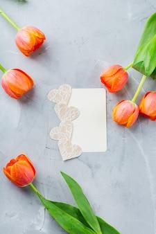 Lente achtergrond met oranje kleurrijke tulpen. vrouwen, moederdag, wenskaart, plat leggen en ruimteafbeelding kopiëren
