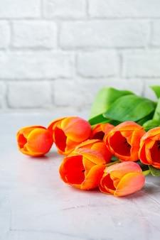 Lente achtergrond met oranje kleurrijke tulpen. vrouwen, moederdag, wenskaart, ruimteafbeelding kopiëren