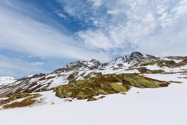 Lente alpen berglandschapsmening (fluela pass, zwitserland)