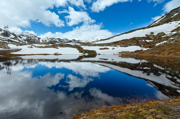 Lente alpen bergmeer lago della piazza (zwitserland, passo del san gottardo)