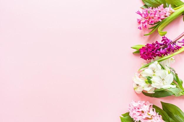 Lente banner met hyacint bloemen op roze