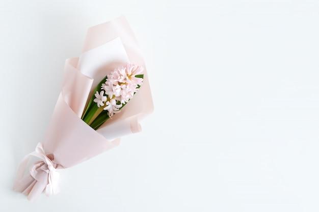 Lente bloemen. fris boeket met hyacint in minimalistische stijl