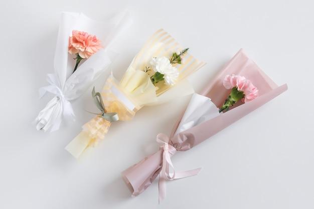 Lente bloemen. verse boeketten met anjer in minimalistische stijl