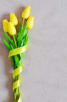 Lente boeket gele tulpen met lint.
