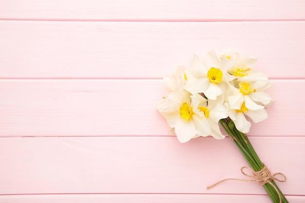 Lente boeket van narcissen op roze hout
